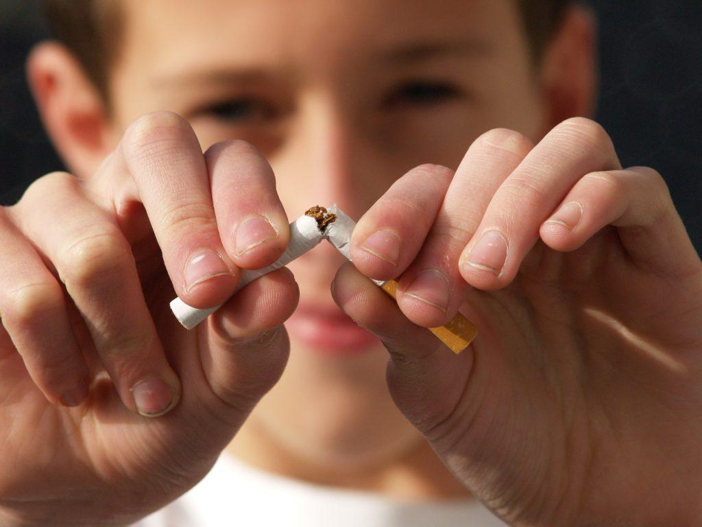 niño rompiendo tabaco