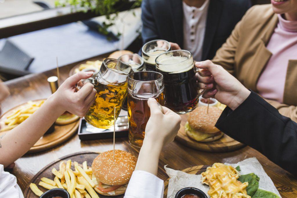 Amigos tomando unas cervezas